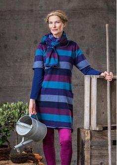 Und natürlich ist diese Streifenstrick-Tunika aus Baumwolle auch solo ein echter Hingucker! Zwei geräumige Vordertaschen. Alle Abschlüsse mit Rollkante.