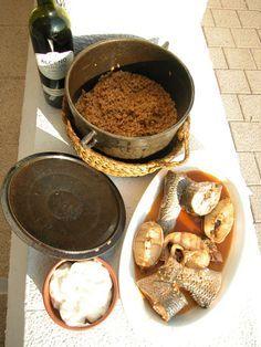 Caldero del Mar Menor. Guiso de arroz hecho con caldo de pescado de roca del Mar Menor, ñoras (pimientos secos de Murcia), ajos, tomates y azafrán. El arroz queda como un risotto italiano, muy caldoso. El pescado con el que se hace el caldo se sirve aparte. Se acompaña todo este plato con alioli (aquí simplemente lo llamamos ajo :-) ¡espectacular!