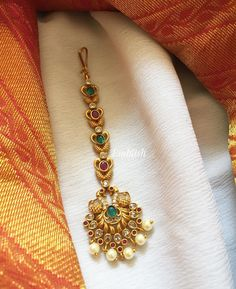 Tikka Jewelry, Gold Temple Jewellery, Indian Jewelry Earrings, Jewelry Design Earrings, Gold Earrings Designs, Gold Jewellery Design, Necklace Designs, Bridal Jewelry, Gold Pendants For Men
