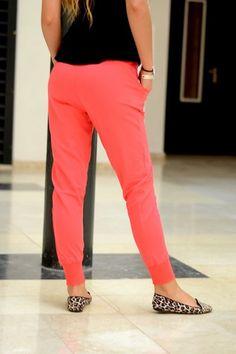 Długie spodnie dresowe o klasycznej formie. Spodnie wykonane z wysokiej jakości, miłej w dotyku dzianiny zapewniającej doskonały komfort noszenia. Doskonałe do  wszelkiego rodzaju stylizacji. Oryginalnie zapakowane z kompletem metek.