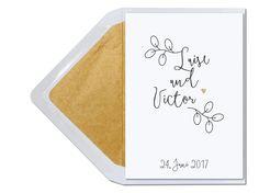Hochzeitseinladungskarte mit kleinem gold geprägten Herz und gold gefüttertem Umschlag. www.carte-royale.com