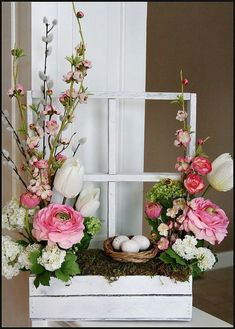 45 Fröhliche Blumengesteckideen für Frühling und Ostern 45 happy floral arrangements for spring and Easter, spring is a happy time for most people. It is the season for mild weather, happy holidays, i Easter Flower Arrangements, Easter Flowers, Spring Flowers, Easter Centerpiece, Mothers Day Flowers, Centerpiece Ideas, Silk Flowers, Centerpieces, Deco Floral