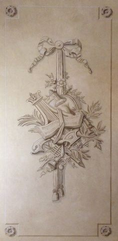Trophée et pilastres en trompe-l'œil sur mur patiné. Grisaille à la terre de Cassel www.frantzwehrle.com