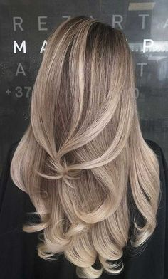 Here we have compiled so many best shades of blonde balayage hair colors for long hair looks to show off nowadays. To opt this fresh hair color you just need to see here and take one of the best balayage color for you. Blonde Hair Shades, Blonde Hair Looks, Blonde Hair With Highlights, Brown Blonde Hair, Hair Color Balayage, Brunette Hair, Blonde Balayage Long Hair, Honey Balayage, Medium Blonde
