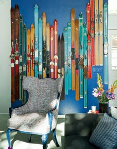 I absolutely love the wall of colorful, vintage skis in Tony Hawk's Ski House! I have a lot of old skis and is wondering what to do with them, so maybe I can make a ski wall similar to this? Not too sure if it will fit in an Oslo City apartment though...? #ski