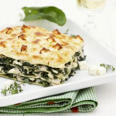 An easy spinach lasagna recipe with white sauce and feta cheese: learn how to prepare at home a vegetarian lasagna option perfect for a tasty and light meal. Ground Beef Lasagna Recipe, Cottage Cheese Lasagna Recipe, Easy Lasagna Recipe With Ricotta, Dairy Free Lasagna, Classic Lasagna Recipe, Best Lasagna Recipe, Vegan White Lasagna Recipe, Lasagna Recipes, Spinach And Ricotta Lasagne