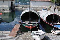 Oude traditionele vissersboten vlakbij Bellagio - Traditional fishing boats Lake Como Outdoor Furniture, Outdoor Decor, Boat, Home Decor, Dinghy, Boats, Interior Design, Home Interior Design, Yard Furniture