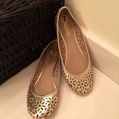 ✨✨Kenneth Cole REACTION Metallic Cutout Flats✨✨ Kenneth Cole REACTION slip gloss metallic embellished cut out flats. Stylish for everyday wear to work and or play. Size 7 excellent condition worn once. Kenneth Cole Reaction Shoes Flats & Loafers