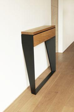 Konsola została zaprojektowana z myślą o takich przestrzeniach jak hol czy przedpokój. Zajmuje niewiele miejsca, uwalnia ręce od mnóstwa drobnych przedmiotów. Dobrze sprawdzi się również jako toaletka, na przykład w sypialni. Konsola jest przykręcana do ściany, co zapewnia jej stabilność. Zwężające się nogi sprawiają, że listwy przypodłogowe nie są problemem, a mebel jest lżejszy wizualnie.  Materiały: - lite drewno dębowe, olejowane / dostępny w 3 kolorach: dąb naturalny, dąb bielony, dąb…