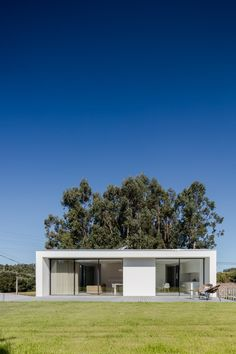 Touguinha House by Raulino Silva 13 - MyHouseIdea Arch House, Facade Architecture, Contemporary Architecture, Portugal, Mediterranean Homes, Prefab, Simple House, Curb Appeal, Bungalow