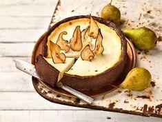 Päärynä-kinuskijuustokakku   Valio 20 Min, Cheesecakes, Camembert Cheese, Sweet Treats, Dairy, Favorite Recipes, Cookies, Chocolate, Baking