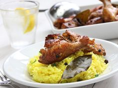 Le poulet ou le porc «adobo» est le plat national des Philippines. Chaque famille a sa propre recette qui peut demander ou non de mariner la viande, mais qui prévoit toujours de la frire (le mot « adobo » signifie « frire »). Il est surprenant qu'une recette aussi facile et tolérante, qui mérite son sobriquet de « poulet paresseux », puisse donner un résultat si délicieux.