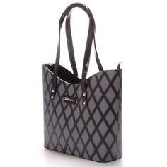 #novinka #Delami  Elegantní šedo-černá károvaná dámská kabelka. Kabelka na každodenní nošení pojme s přehledem A4. Perfektně padne na rameno i s bundou, má pevný tvar a zespodu ochranné cvočky. Uvnitř je dělený prostor s postranními kapsičkami.