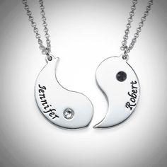 Yin ja Yang nimikoru pariskunnille – Swarovski  Yin ja Yang nimikoruun kuuluu kaksi hopeista riipusta ja ketjua, joihin saat haluamasi nimet ja Swarovskin kristallit.  Kaunis lahja pariskunnille!