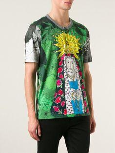 Image issue du site Web https://cdnd.lystit.com/photos/b0ad-2015/04/08/dolce-gabbana-green-virgin-mary-print-t-shirt-product-0-772385924-normal_large_flex.jpeg