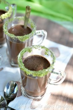 If you like to finish your meal with a chocolate note, this chocolate-mint drink (or dessert), full of freshness, should satisfy you in this summer period. In addition, served in a frosted glass, it will delight more than one guest!The lips on the frosted edge already announce the flavor of the drink.