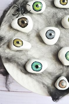 DIY Halloween Decorations: Spooky Tray of Eyeballs! - Making Things is Awesome Make your own Spooky Tray Of Eyeballs. This fun Halloween decoration would be awesome at the front dorr or on your bar! It's fun & easy DIY Halloween Decor! Soirée Halloween, Adornos Halloween, Manualidades Halloween, Halloween Painting, Holidays Halloween, Halloween Makeup, Couple Halloween, Diy Halloween Games, Halloween Office
