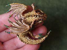A mestre russa dos bordadosAlyona Lytvincria broches maravilhosos com tema de dragões. Mas não é qualquer dragão não, são usados pérolas, ouro, prata