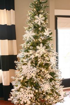 Tips to give your tree the professional look, found @ The Yellow Cape Cod.