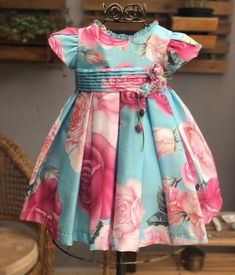 🌷Babando nos detalhes desse vestido! Frocks For Girls, Dresses Kids Girl, Little Girl Dresses, Kids Outfits, Baby Girl Dress Patterns, Baby Dress Design, Frock Design, Kids Frocks Design, Baby Frocks Designs