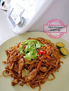 Mee Goreng is a flavourful and often spicy fried noodle dish, a common and popular dish in Malaysia. Mie Goreng Recipe, Yummy Recipes, Yummy Food, Chicken Slices, Noodle Dish, Marinated Chicken, Rice Dishes, School Lunch, Thermomix