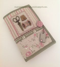Momentos de Costura: Love to sew Sewing Crafts, Sewing Projects, Sewing Caddy, Sewing Kits, Fabric Journals, Needle Book, Needle Case, Wallet Pattern, Sewing Accessories
