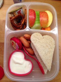 Day 5 Sandwichbrot Mini-Saitenwürstchen Babybel Naturjoghurt Apfelschnitze Gurkenscheiben Karottensticks Salzbrezeln Mini-Hanuta