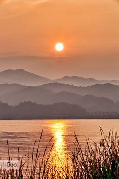 🇰🇷 Sunrise over the lake (South Korea) by Park Ddoven 🌅 Landscape Photos, Landscape Art, Landscape Paintings, Landscape Photography, Nature Photography, Sunrise Pictures, Nature Pictures, Beautiful World, Beautiful Places