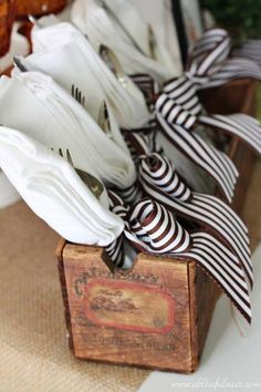 20 DIY Thanksgiving crafts to decorate your table - silverware and napkin decor in a decorative box