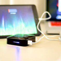 Cansado de ficar sem bateria bem no meio do dia? Com a Bateria Externa Power qualquer um pode carregar o equivalente a 5 cargas de um iPhone 5 para todos os lugares com praticidade e facilidade. Assim, ninguém mais vai ficar dependente de uma tomada na correria diária. Esse é um presente criativo brilhante!