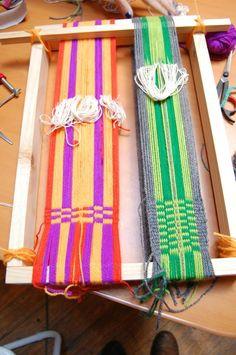 Tejido en telar Mapuche hecho por mis alumnas  llano + peinecillo  urdimbre circular y urdimbre en ocho Inkle Weaving, Tablet Weaving, Types Of Weaving, Textiles, Tapestry Weaving, Wall Hanger, Lana, Sewing Projects, Outdoor Blanket