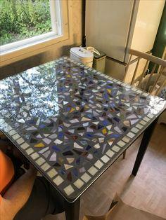 Vanha pöytä sai uuden maalin ja mosaiikin pintaan.
