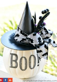 DIY Halloween: DIY Black and White Glam Pumpkin: DIY Halloween Decor. could be done with a plastic candy pail pumpkin Spooky Halloween, Fröhliches Halloween, Adornos Halloween, Holidays Halloween, Halloween Treats, Halloween Pumpkins, Halloween Decorations, Halloween Centerpieces, Halloween Clothes