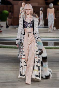 Fendi Fall 2019 Couture Fashion Show Collection: See the complete Fendi Fall 2019 Couture collection. Look 50 Fashion Week, Fashion Addict, Paris Fashion, Runway Fashion, High Fashion, Fashion Outfits, Womens Fashion, Fendi, Collection Couture