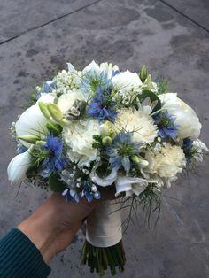 Biedermeier bruidsboeket blauw wit