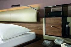 table de chevet suspendue en bois massif avec rangements intégrés et tête de lit en bois et cuir