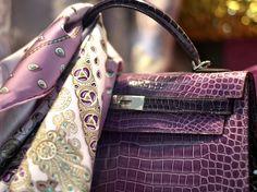 Hermes croc Kelly and 'Trésors retrouvés' scarf - Beautiful colours! Cute Handbags, Hermes Handbags, Hermes Bolide, Hermes Kelly Bag, Hermes Belt, Purple Love, Pink, Hermes Paris, Couture Bags