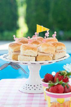 Chá de panela com o tema festa na piscina no Casar.com, onde você encontra Inspirações e Dicas para seu Casamento feito por quem mais entende do assunto