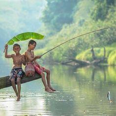 Crianças pescando na Tailândia.