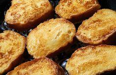 Sütőben sült bundás kenyér - note to self: 85 g teljes kiőrlésű kenyérrel számolva 43 g ch (100 g kenyérrel 50 g ch). Ennyihez 2 tojás kell, a tej kimarad, és mehet sütőpapíron is a kivajazott tepsi helyett.