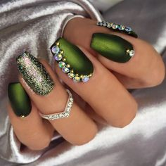 The advantage of the gel is that it allows you to enjoy your French manicure for a long time. There are four different ways to make a French manicure on gel nails. Ongles Bling Bling, Bling Nail Art, Bling Nails, Nail Art Designs, Green Nail Designs, Green Nail Polish, Green Nails, Holiday Nails, Christmas Nails