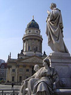 Gendarmenmarkt, Berlin. Schiller-Denkmal vor dem Konzerthaus, Blick zum Deutschen Dom