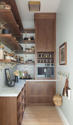 walnut and brass Kitchen Dining, Kitchen Decor, Kitchen Cabinets, Dining Rooms, Cheap Modular Homes, Mediterranean Kitchen, Decoracion Vintage Chic, Home Decor Quotes, Hippie Home Decor