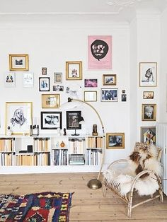 写真を壁に飾るインテリア