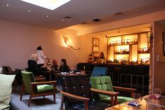 Bohemian, un restaurant caché, ancienne propriété d'Andy Warhol : http://seuleanewyork.com/2013/02/18/bohemian-un-restaurant-cache-dans-une-ancienne-propriete-dandy-warhol/