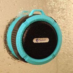 Mit der Musik auf dem Handy und den passenden Lautsprechern in der Dusche abfeiern und mitsingen. Das und viel mehr verspricht uns dieser wasserdichte Bluetooth Lautsprecher für die Dusche oder Auto.... ;)