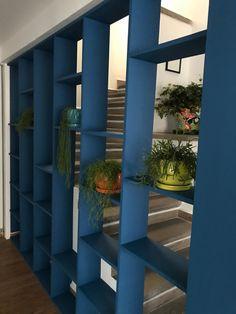 Librero sencillo que permite dividir el espacio sin cerrarlo y hacer el espacio mas pequeño Room, Furniture, Home Decor, Ocean Room, Simple, Offices, Space, Homemade Home Decor, Rooms