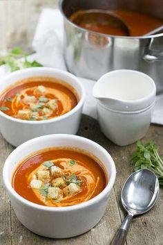 Met dit recept zet je binnen een half uur een hele lekkere tomatensoep op tafel. Extra lekker met een beetje slagroom, verse basilicum en croutons.