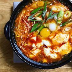 安い食材でボリューム満点!メチャうま「やみつき節約鍋」レシピ15選 - LOCARI(ロカリ)