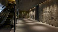 feature wall near escalator Luxury Interior, Modern Interior Design, Interior Architecture, Interior Walls, Stone Feature Wall, Hotel Hallway, Japanese Modern, House On The Rock, Hotel Interiors